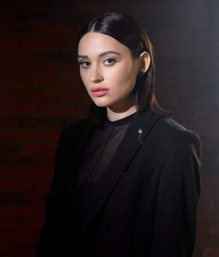 Irina Rimes poarta un costum negru la o sedinta foto