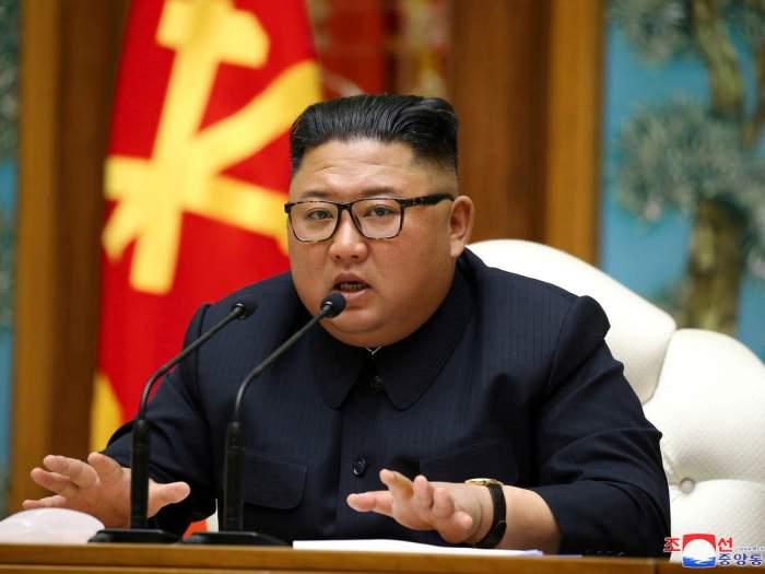 Liderul de la Phenian a interzis purtarea blugilor mulați.  Cum îi pedepsește Kim Jong-un pe cei ce încalcă regula