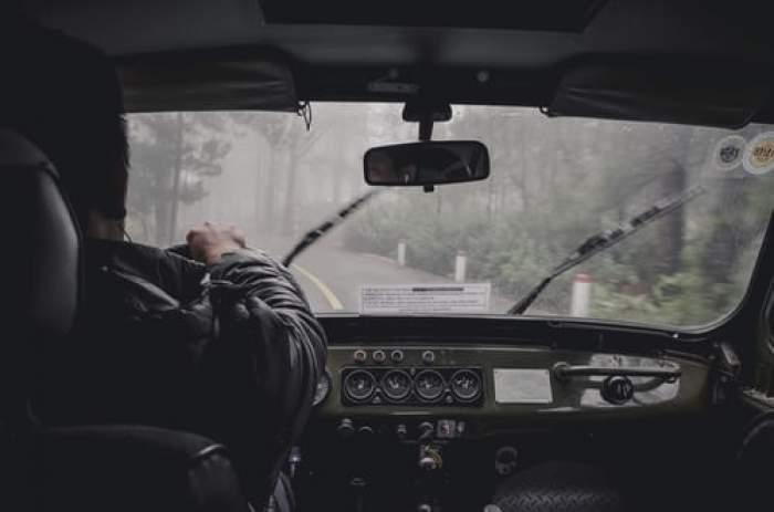 șofer la volan