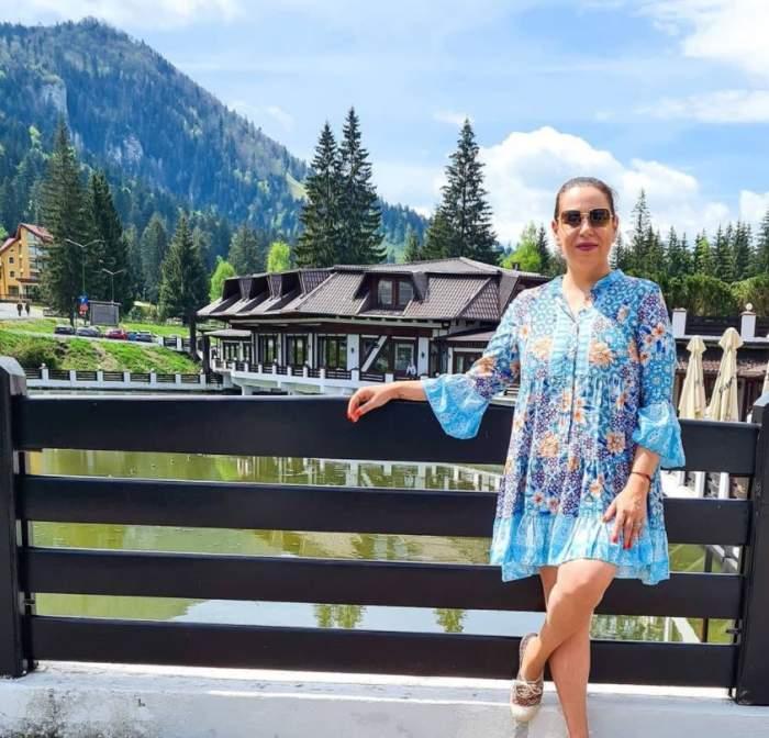 Oana Roman poarta o rochie scurta si este la munte