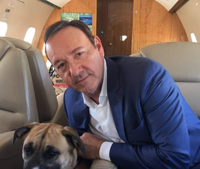 Kevin Spacey  cu un câine într-un avion privat