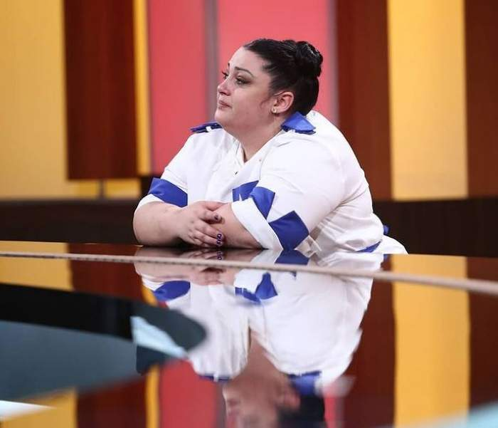 Porumbița poartă uniformă albă de bucătar și e la Chefi la cuțite. Tânăra plânge.