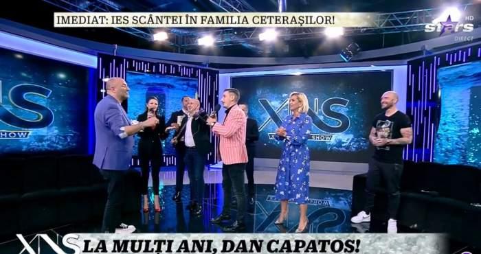 """Dan Capatos e la Xtra Night Show și ține în mână un tort aniversar. Amalia Ursu și Vasilică Ceterașu îi cântă """"la mulți ani"""". În platou sunt și Paula Chirilă și Cătălin Bordea."""