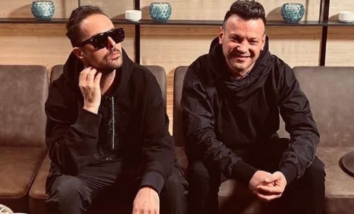 Dan Deneș și Tudor Ionescu stau pe canapea.