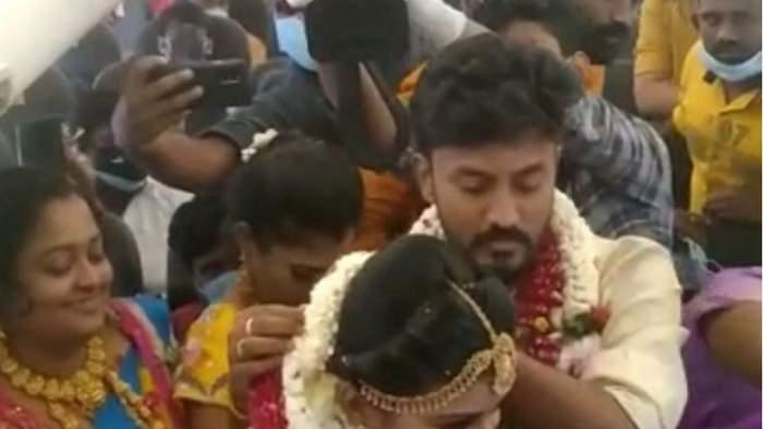 Un cuplu din India s-a căsătorit în avion. Cei doi au vrut să scape de restricții și să petreacă alături de apropiați