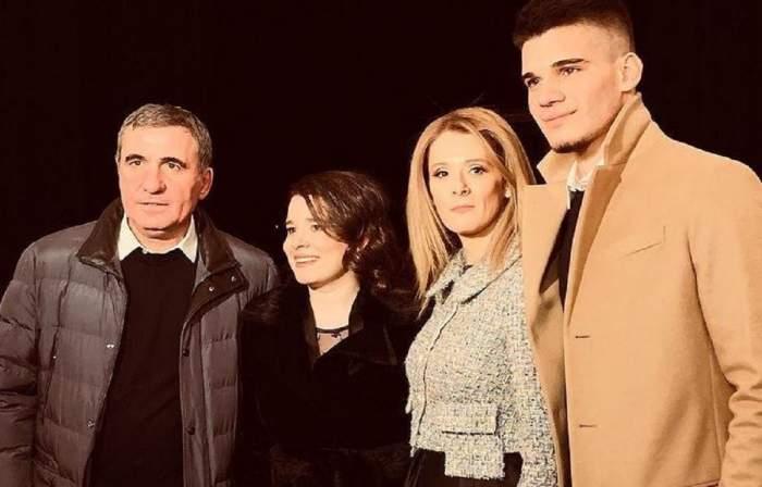 Gică Hagi alături de soție, fata și fiul lui. Cu toții poartă haine de iarnă și zâmbesc.