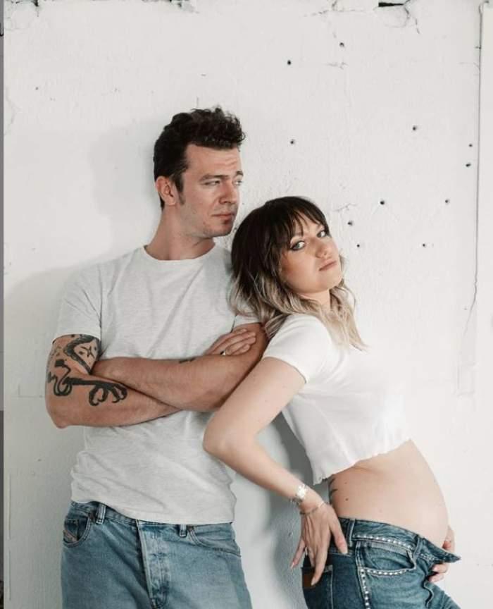 Jean Gavril si Bianca poarta tricouri albe si blugi albastri, ea isi arata burtica de gravida