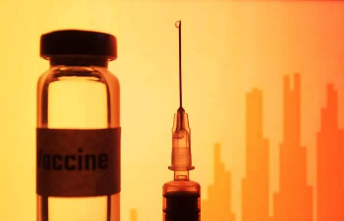 De ce se formează cheaguri de sânge după vaccinul împotriva COVID-19. Specialiștii spun că ar fi găsit leacul pentru complicațiile de după imunizare