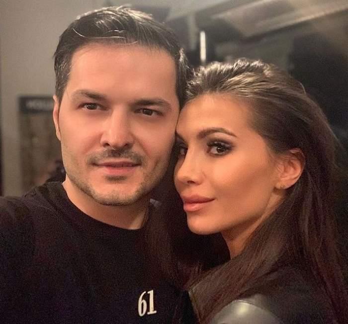 Liviu Vârciu și Anda Călin într-un selfie. Amândoi sunt îmbrăcați în negru, el în tricou, ea în bluză de piele, și zâmbesc.