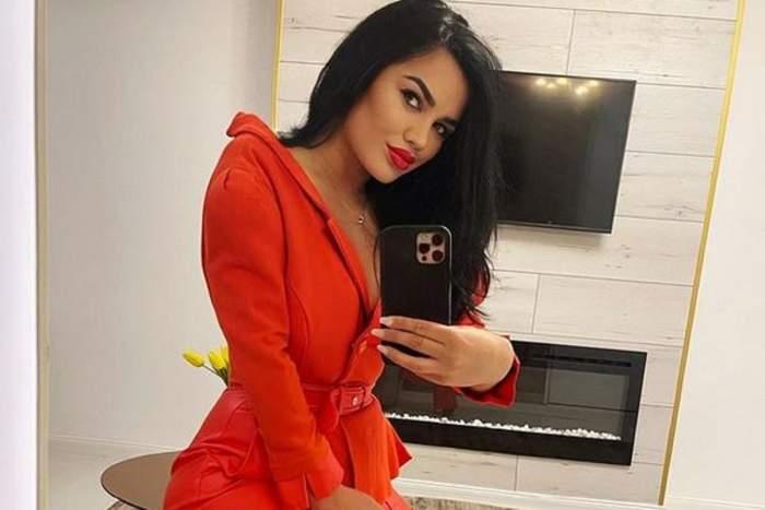 Carmen de la Sălciua poartă o salopetă roșie. Vedeta își face o poză în oglindă cu telefonul negru.