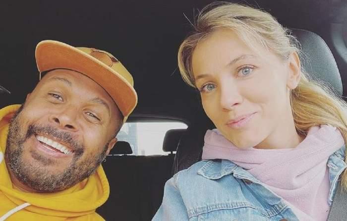 Cabral și Andreea ibacka sunt în mașină. Amândoi zâmbesc și își fac un selfie.