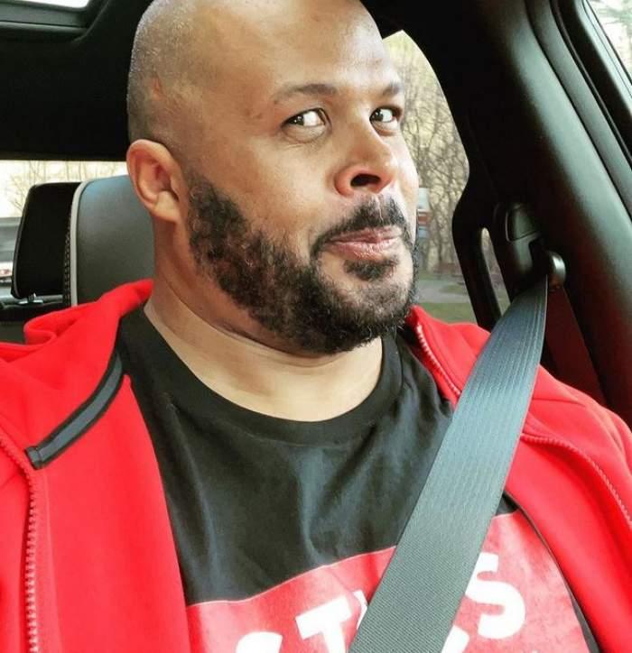 Cabral e în mașină și își face un selfie. Prezentatorul TV poartă un tricou negru, iar pe deasupra un hanorac roșu.