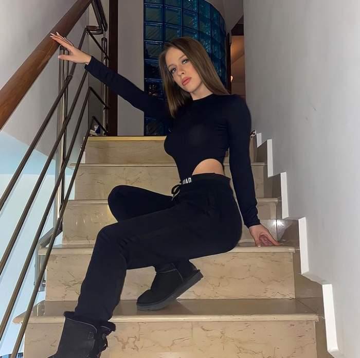 jennifer dumitrascu in tinuta neagra pe scari
