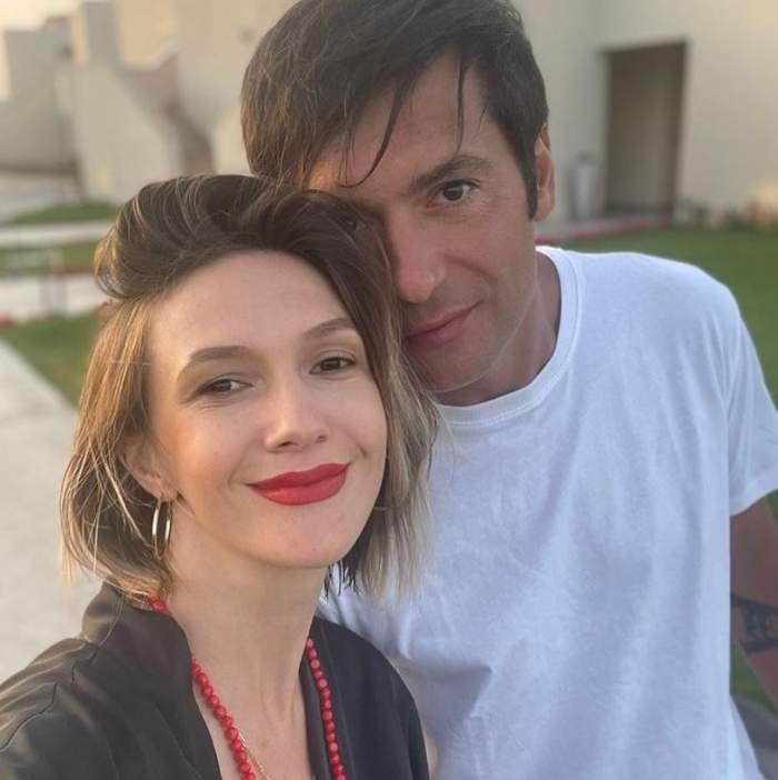 Adela Popescu si-a facut un seflie cu Radu Valcan in fata casei