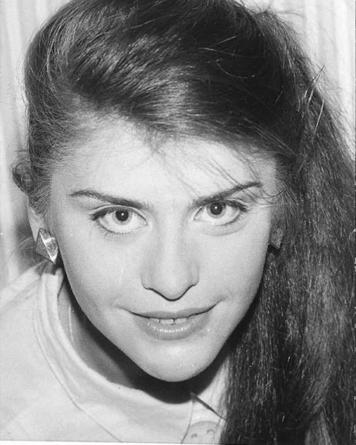 Loredana Groza în adolescență, cu părul desprins.