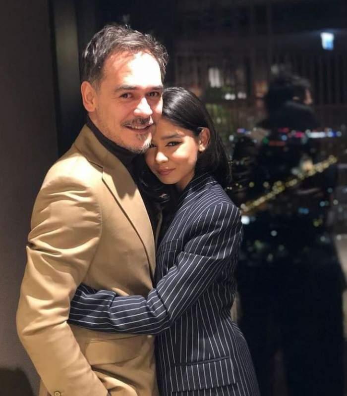 Rzvan Simion este tinut in brate de fiica lui, Iana, sunt imbracati elegant