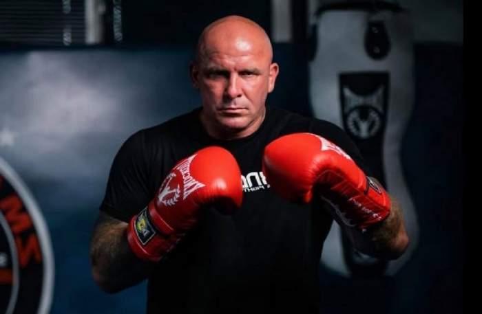 Cătălin Zmărăndescu cu mănuși de box.