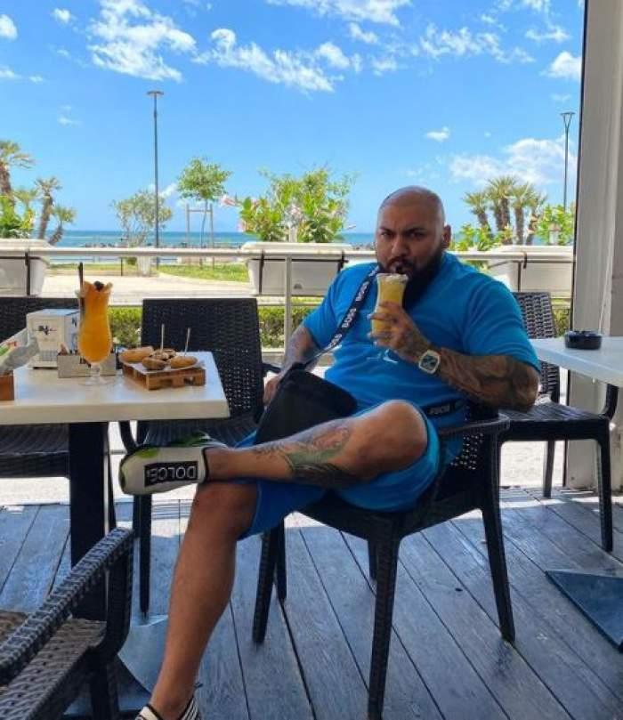 Dani Mocanu în costum albastru, la masă.