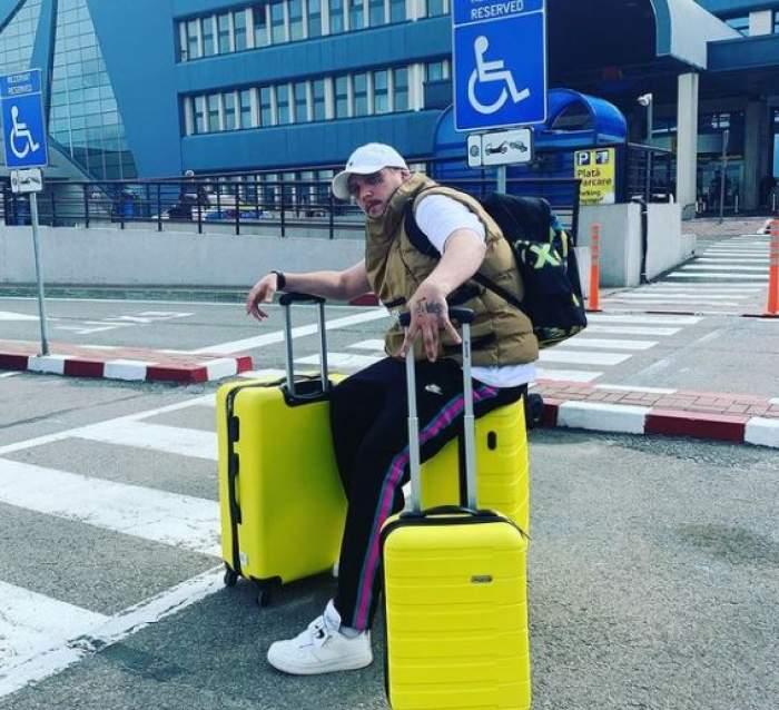 What's Up în aeroport, cu valize galbene.