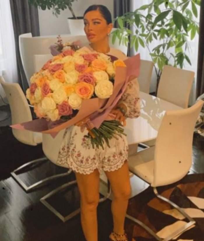 Brigitte cu floriîn brațe.