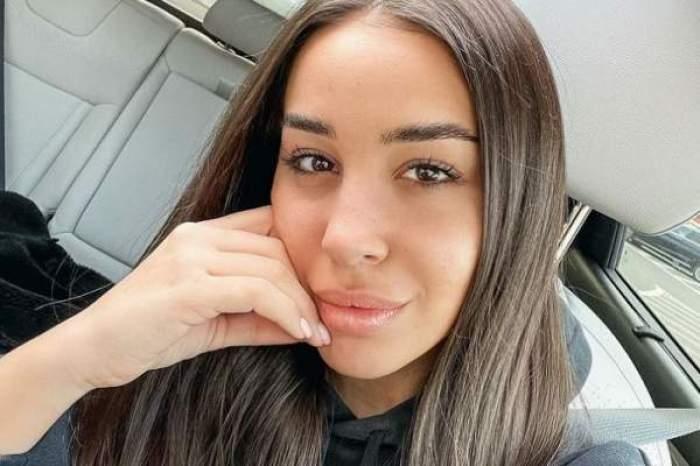 Ștefania, selfie în mașină, cu mâna la față