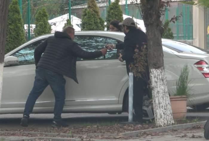 Dan Bursuc, soția și parcangiul localuluilângă mașina manelistului