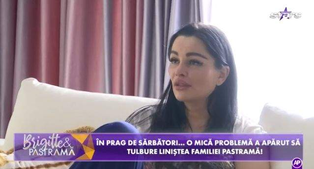 Brgitte Pastramă, în tricou alb, acasă