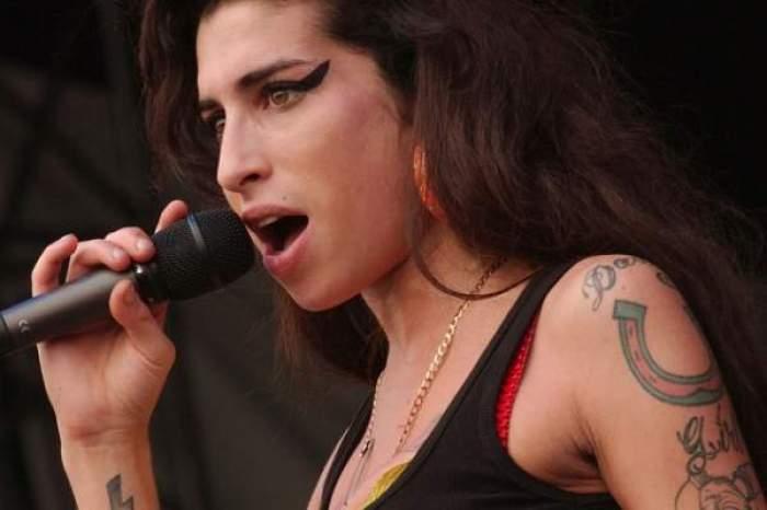 Amy Winehouse, în timpul unui concert