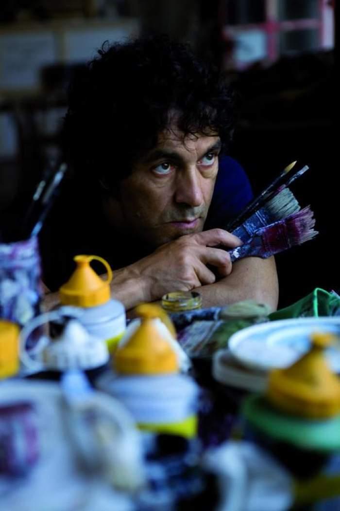 Artistul Salvatore Garau cu pensuli în mână