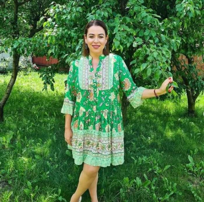 Oana Roman în rochie verde, cu alb.