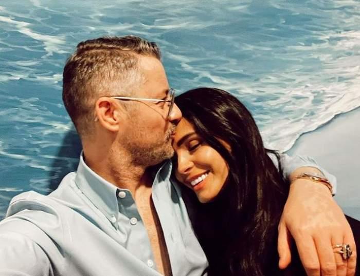 Anca Serea și Adi Sînă într-un selfie. El o sărută pe frunte și o ține în brațe, purtând o cămașă bleu, iar ea zâmbește larg.