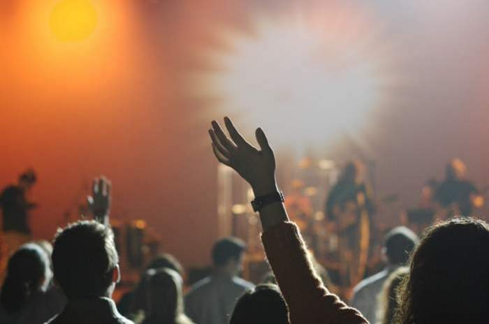 oameni la concerte