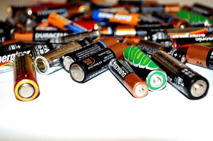 mai multe baterii pe masa