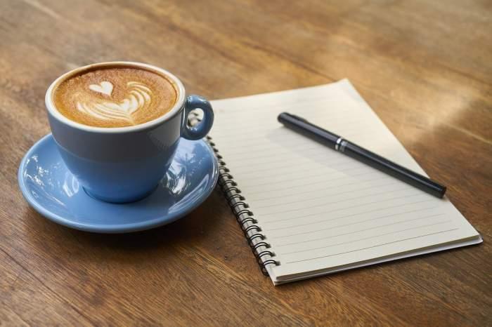 o cana de cafea la birou