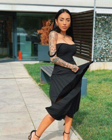 Ruby în rochie neagră, lungă.