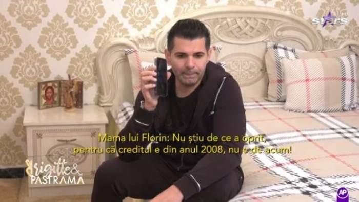 Florin Pastramă stă pe pat și vorbește la telefon