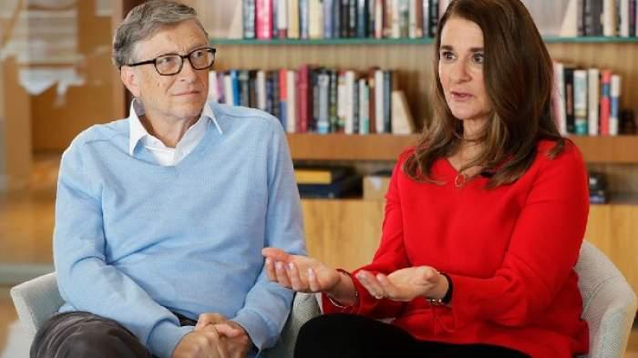 Bill Gates si Melinda Gates sunt la un interviu intr-o biblioteca