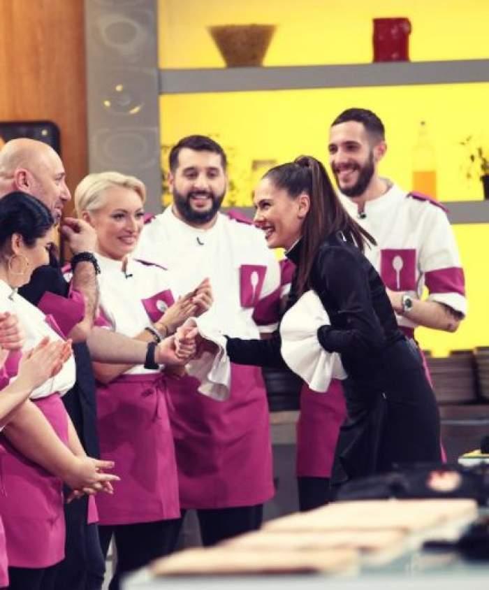 Irina Fodor în timp ce face cunoștiință cu concurenții de la Chefi la cuțite.