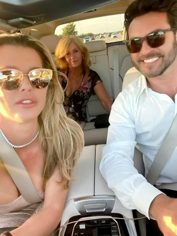 Alina Vidican și noul iubit în mașină, alături de mama ei.