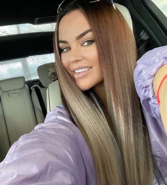 Carmen de la Sălciua, selfie în timp ce zâmbește, în mașină.