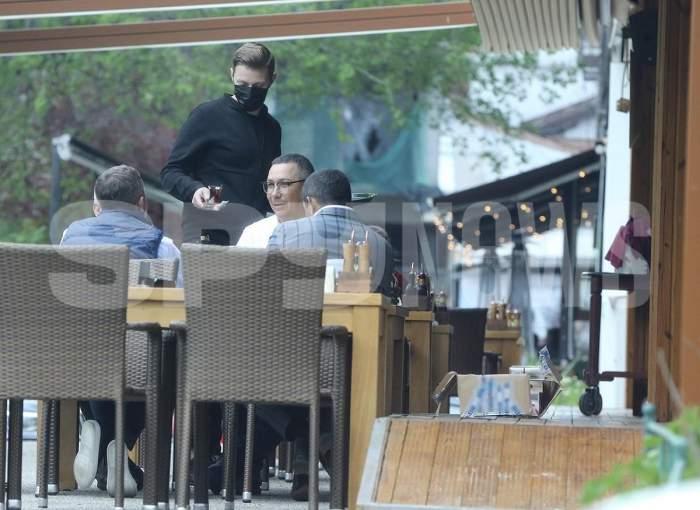 """Victor Ponta și-a găsit """"nașul""""! Fostul premier, """"terorizat"""" de un cerșetor, după ce a refuzat să-i dea bani. Cum a reacționat politicianul / PAPARAZZI"""