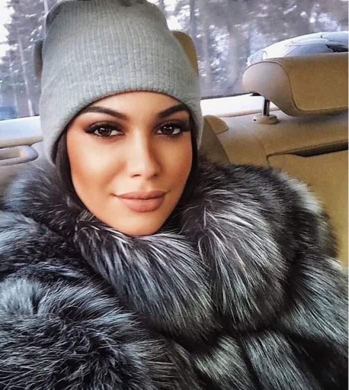 Betty Vișănescu e în mașină. Fiica lui Florin Salam poartă o haină de blană cenușie și o căciulă gri. Artista zâmbește discret.