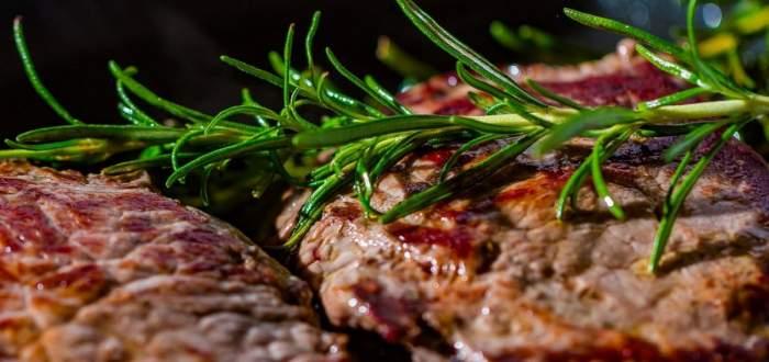 Carne de porc gătită. Aceasta e asezonată cu cimbru verde.