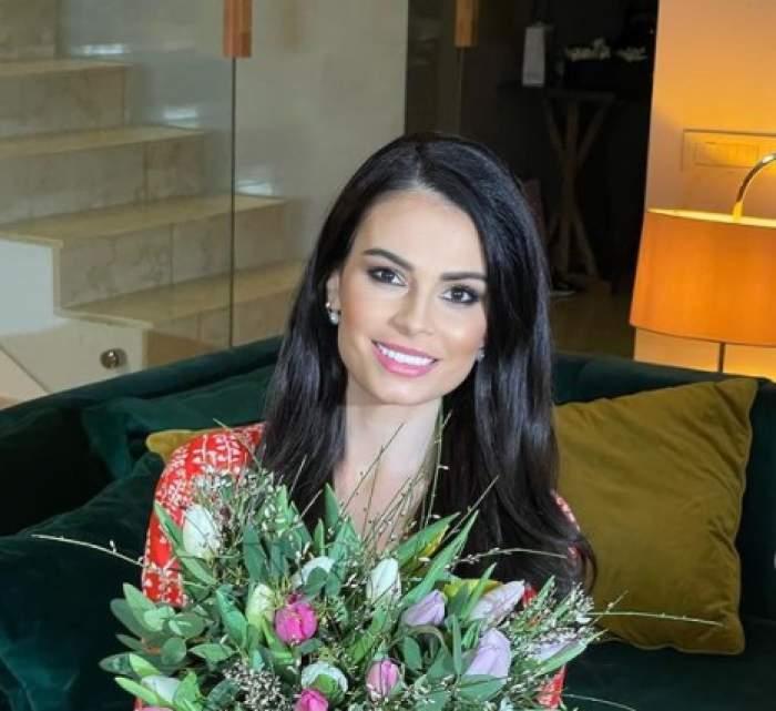 Anca Serea cu un buchet de flori în mână