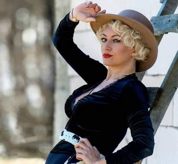 Nicoleta Pop îmbrăcată în negru și cu pălărie.