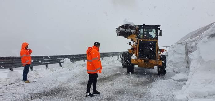 Ninsoare abundentă pe cea mai înaltă șosea din România, Transalpina. Drumarii muncesc continuu pentru a redeschide drumul la sfârșitul lunii iunie