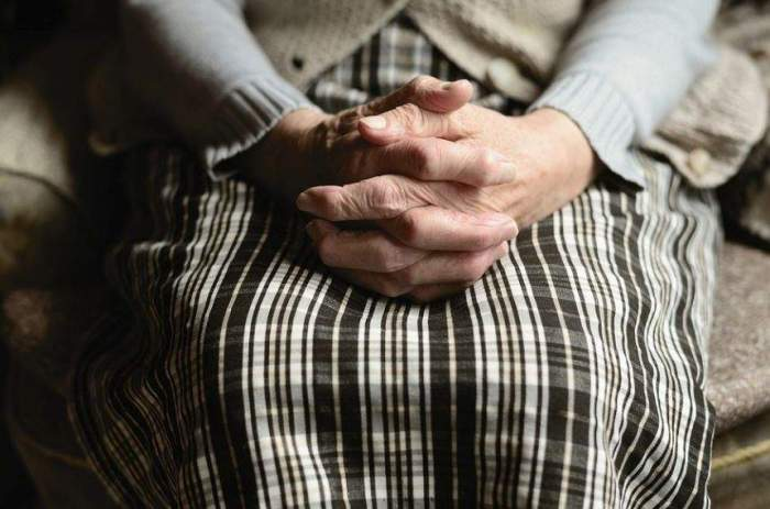 Și-a torturat propria mamă. Un bărbat din Neamț a încercat de șase ori să o arunce în fântână pe cea care i-a dat viață