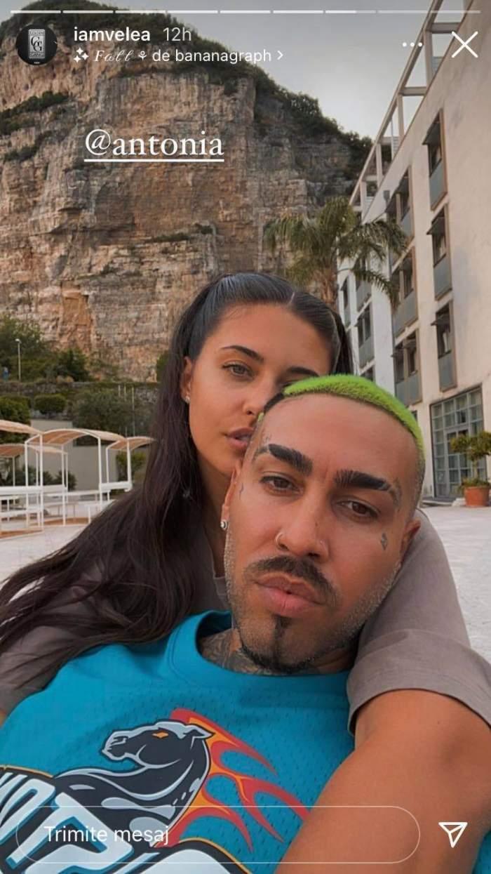 Antonia și Alex Velea își fac un selfie din vacanță, el purtând tricou bleu și fiind ținut în brațe de ea. În spatele lor se văd mai mulți palmieri și o stâncă mare.