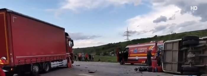 Accident cumplit în Dâmbovița! Doi oameni au murit și șapte copii au ajuns în stare gravă la spital după ce un microbuz școlar s-a ciocnit cu o mașină