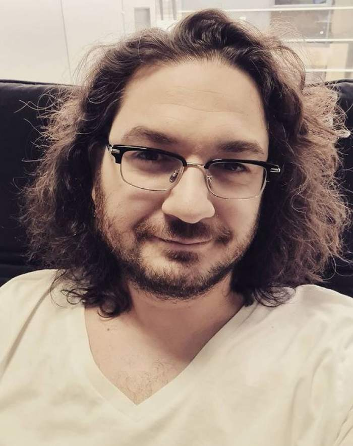 Florin Dumitrescu își face un selfie. Chef-ul poartă ochelari de vedere și zâmbește slab și e îmbrăcat cu tricou alb.
